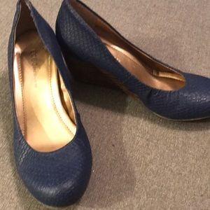 BCBG navy snakeprint wedge good used condition